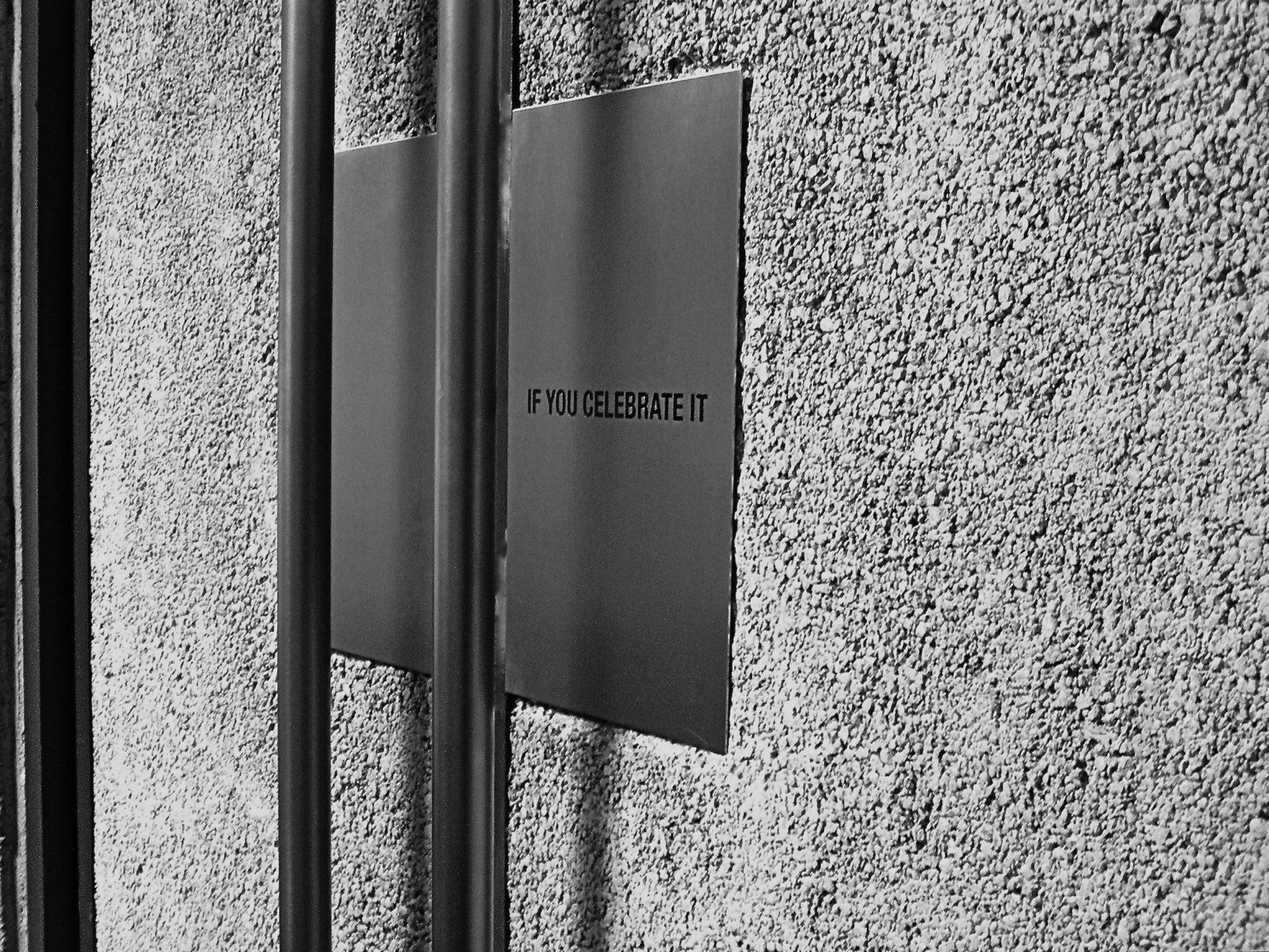Graz, Studentenkapelle Leechgasse. Eingangstür mit Textgravur, 2007