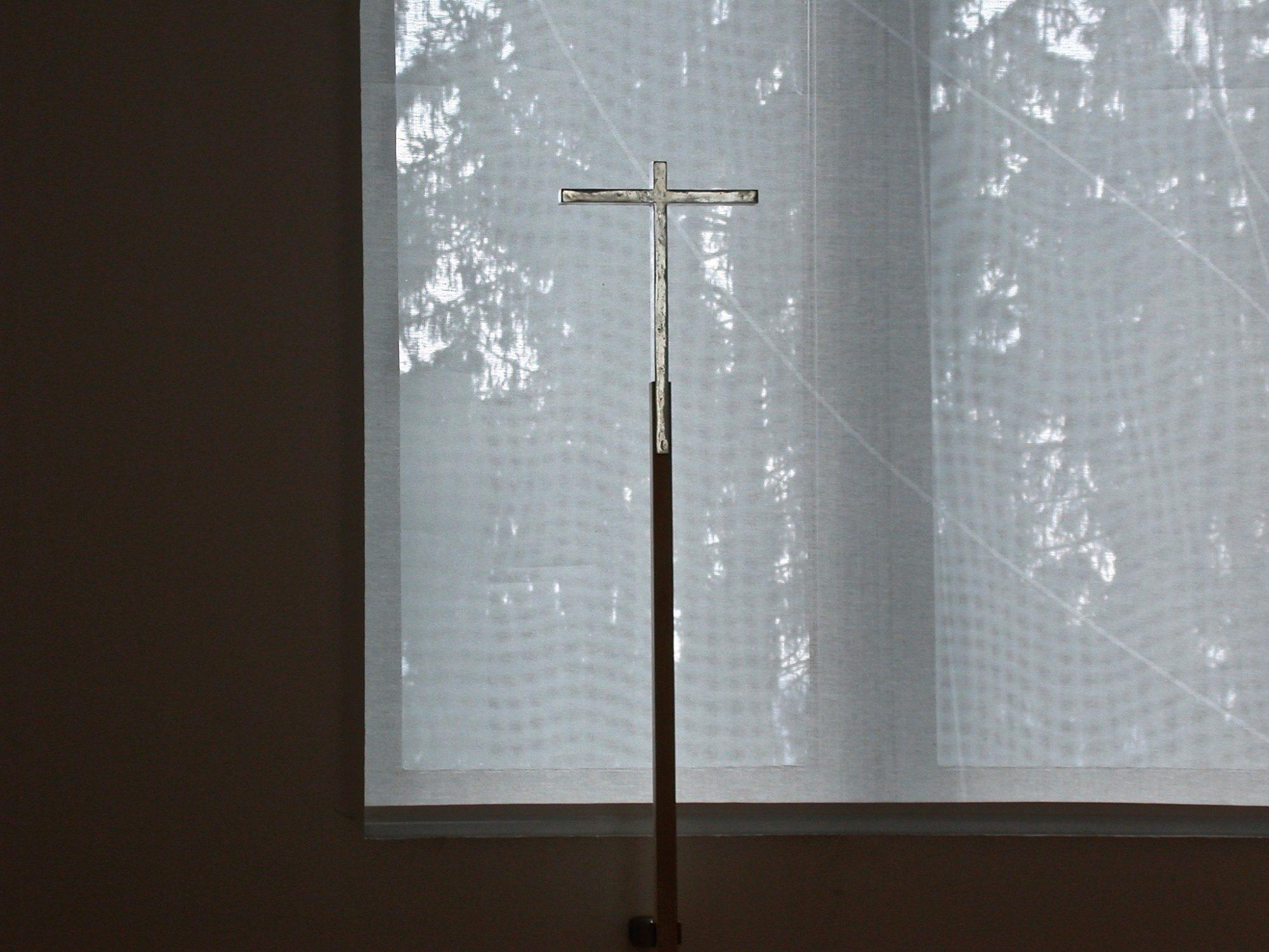 Innsbruck, Karmel St. Josef. Vortragekreuz, Textile Fenstergestaltung, 2003