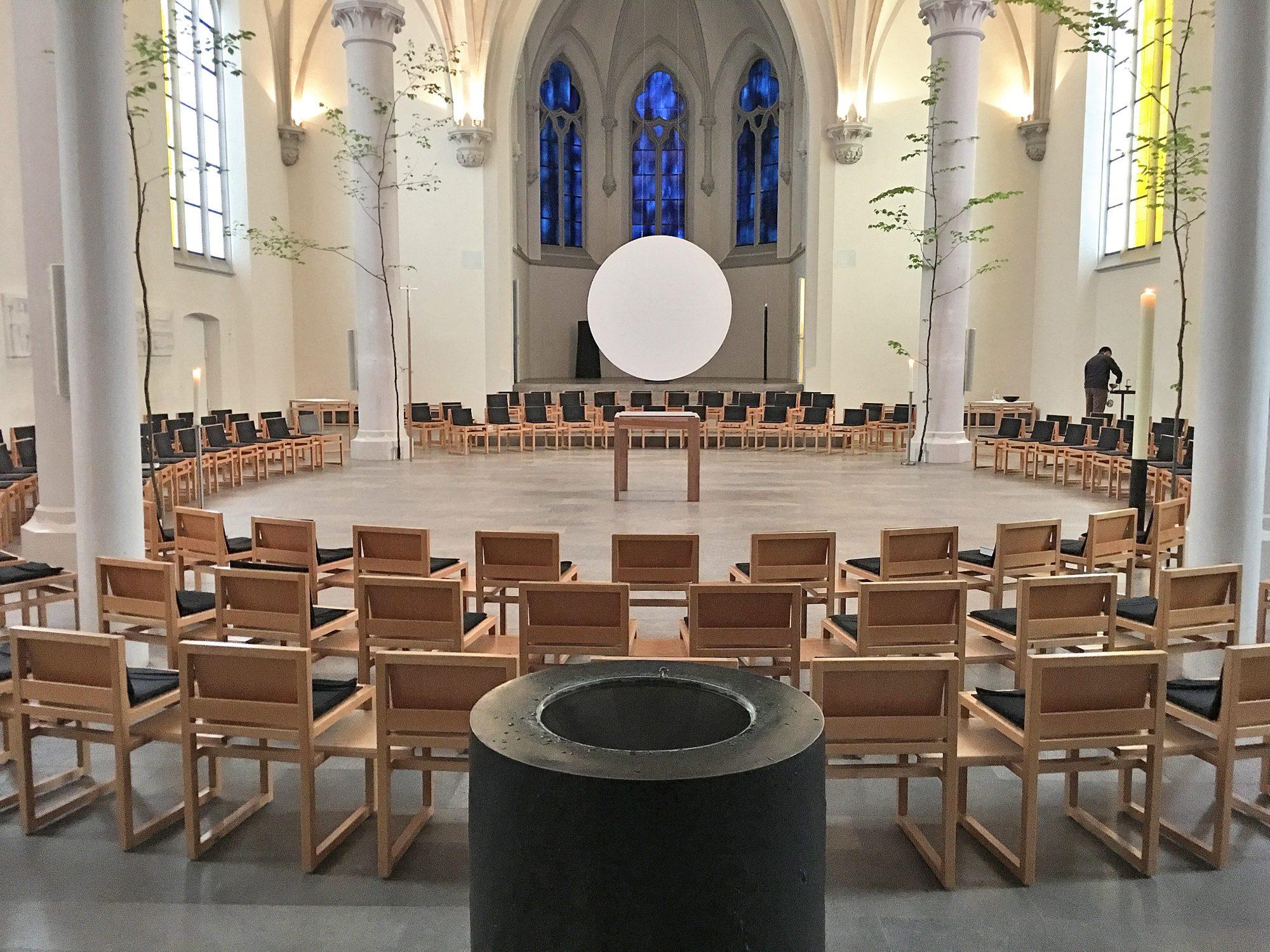 Aschaffenburg, Maria Geburt. Neugestaltung 1999. Umgestaltung zum Communioraum mit zentralgestelltem Altartisch, 2016
