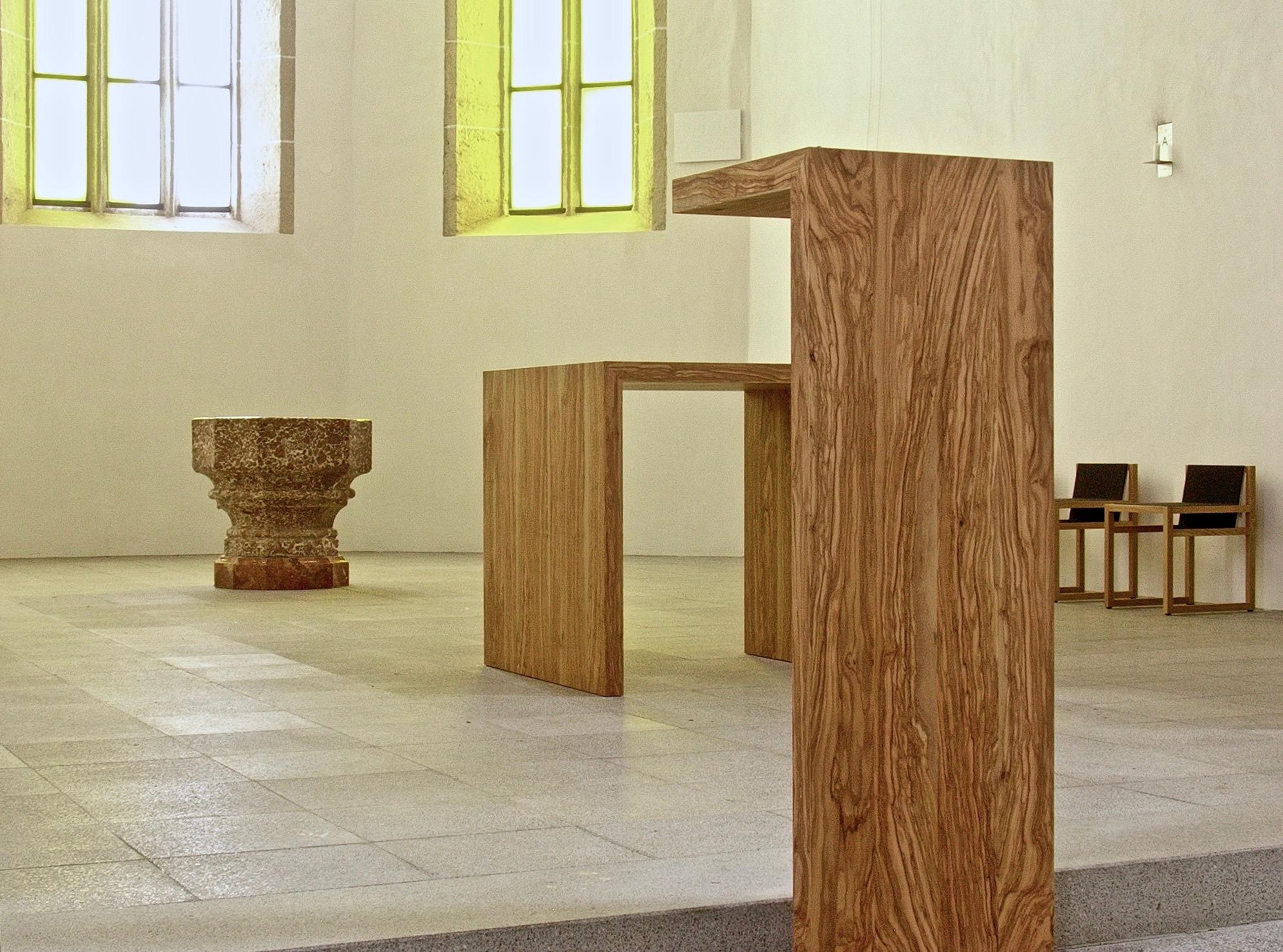 Mitterkirchen, St. Andreas. Altartisch und Ambo / Olivenholz, 2004