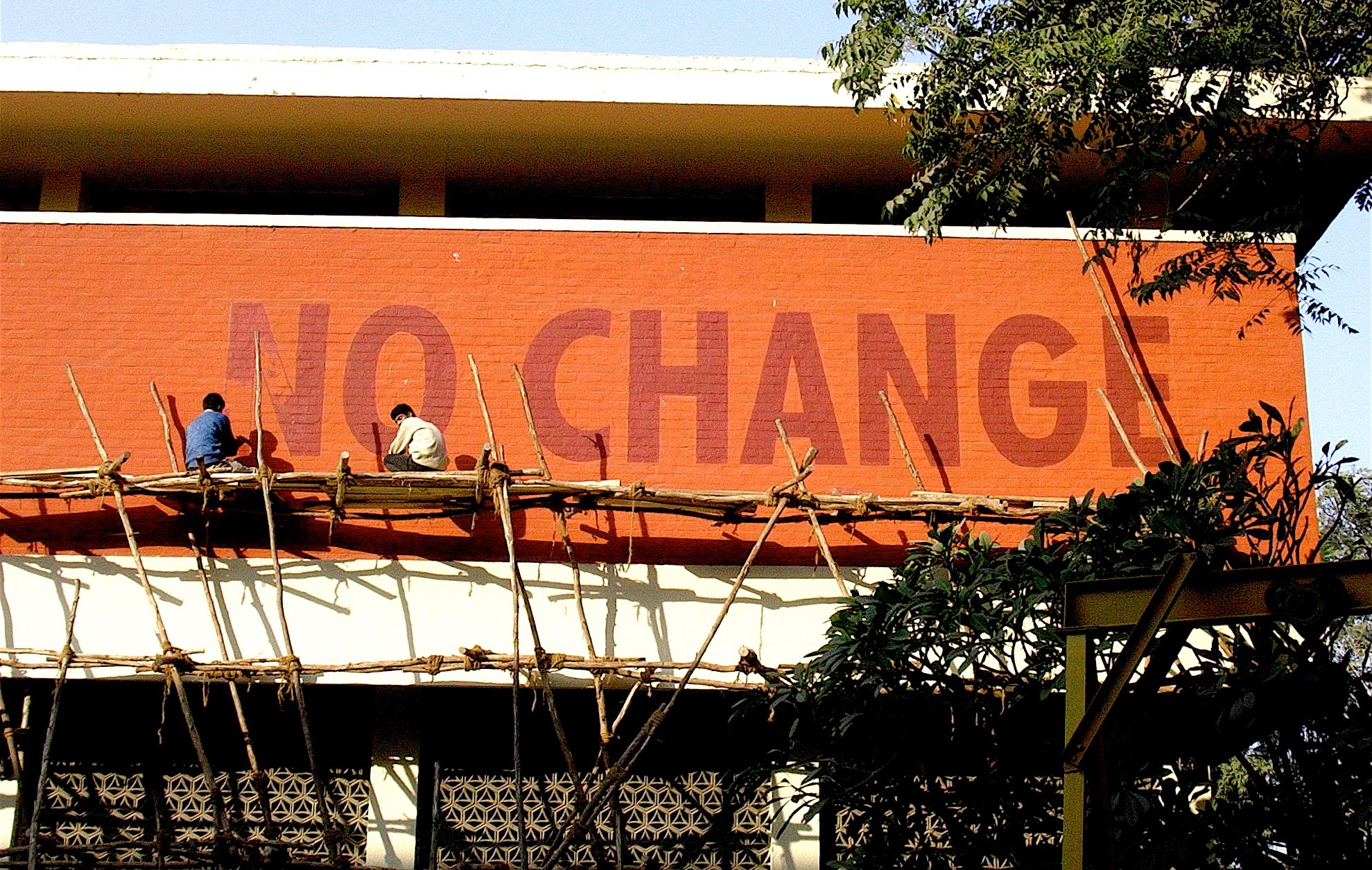 CHANGE – NO CHANGE, 2005, Textinstallation, Triennale India, New Delhi